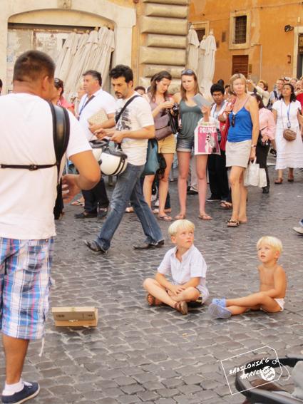 Niños En El Panteón Viendo Espectáculos Callejeros